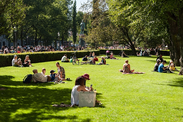 relaxing-people-on-grass-of-park-4256x2832_80703